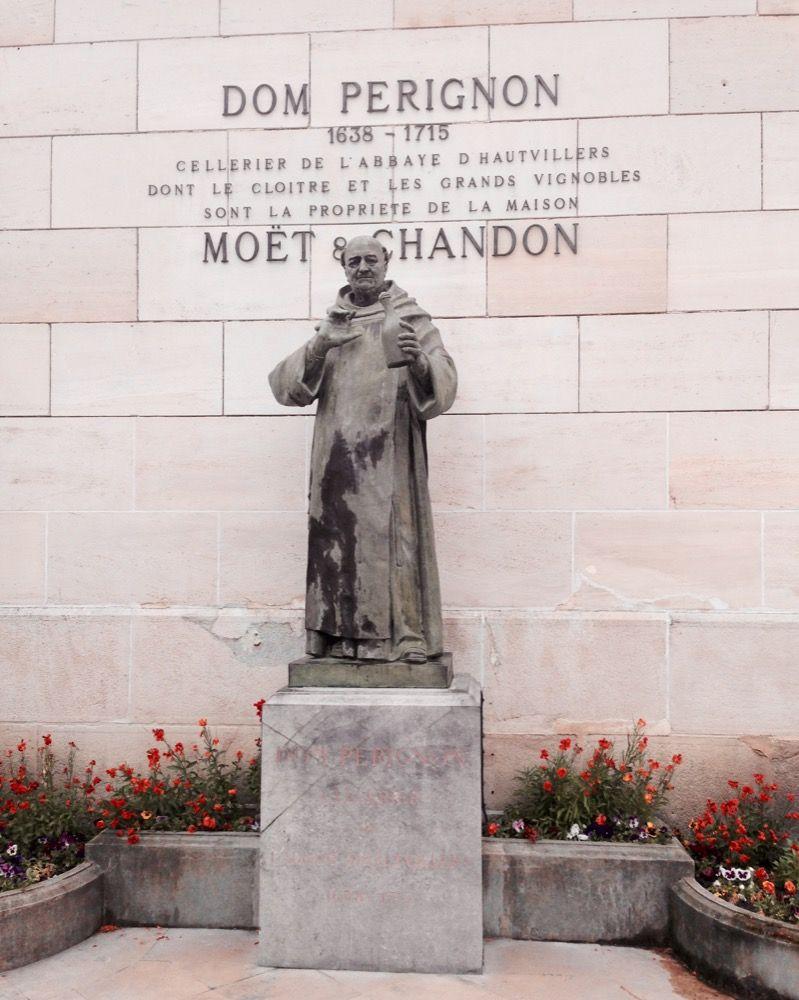 dom-perignon-pomnik